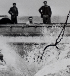 Attempting to seal a breach in the river at Hempholme 1960 detail
